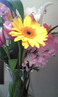 花束を花瓶に